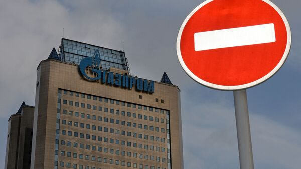 Znak drogowy na tle budynku firmy Gazprom - Sputnik Polska