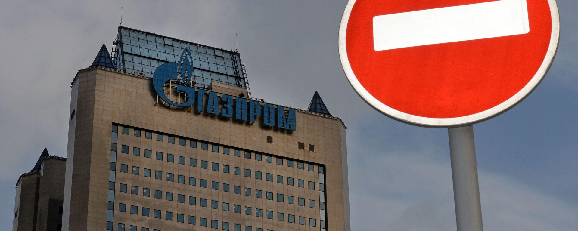 Znak drogowy na tle budynku firmy Gazprom - Sputnik Polska, 1920, 27.08.2021