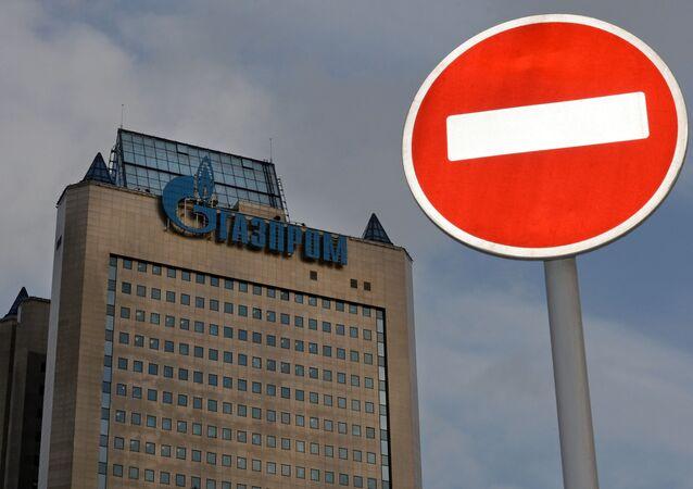 Znak drogowy na tle budynku firmy Gazprom