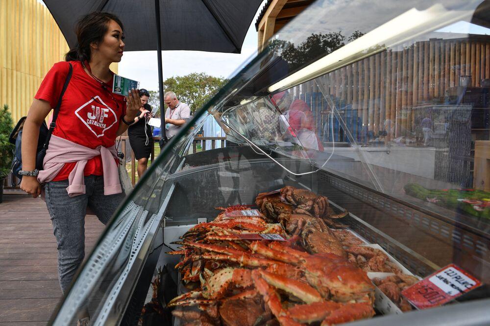 """Sprzedaż krabów na wystawie """"Ulice Dalekiego Wschodu"""" w ramach V Wschodniego Forum Ekonomicznego we Władywostoku"""