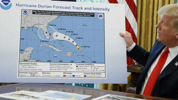 Prezydent Donald Trump trzyma niewłaściwą mapę podczas rozmowy z dziennikarzami po briefingu na temat huraganu Dorian w Gabinecie Owalnym w Białym Domu - Sputnik Polska