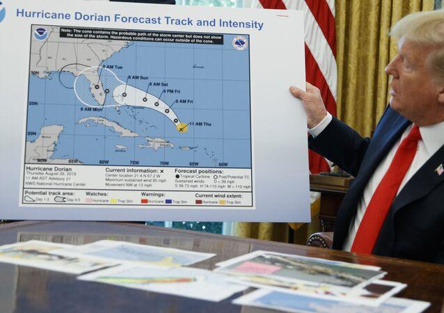 Prezydent Donald Trump trzyma niewłaściwą mapę podczas rozmowy z dziennikarzami po briefingu na temat huraganu Dorian w Gabinecie Owalnym w Białym Domu