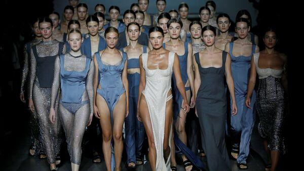Modelki prezentują kolekcję ukraińskiej projektantki mody Elwiry Gasanowej podczas Ukraińskiego Tygodnia Mody w Kijowie  - Sputnik Polska