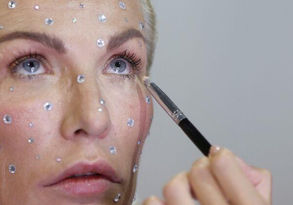 Naniesienie makijażu na Ukraińskim Tygodniu Mody 2019 w Kijowie  - Sputnik Polska