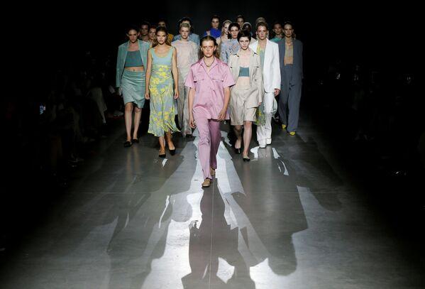 Modelki prezentują kolekcję projektantki Aliony Bettyar podczas Ukraińskiego Tygodnia Mody w Kijowie  - Sputnik Polska