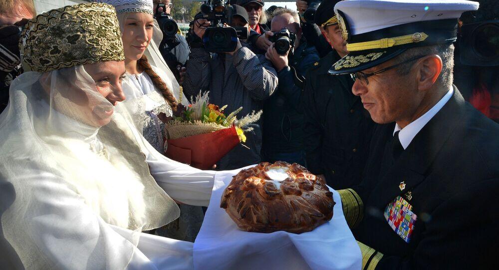 Przybycie okrętów japońskch sił zbrojnych do Władywostoku. Powitanie gości chlebem i solą