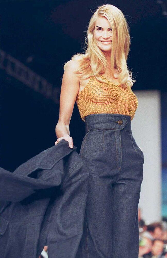 Supermodelka Elle Macpherson demonstruje twórczość projektanta Todda Oldhama w czasie pokazu mody w Nowym Jorku.
