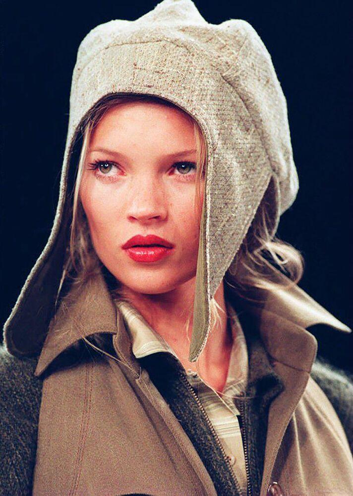 Modelka Kate Moss w kapelusiku i żakiecie z zamszu na pokazie Anne Klein.