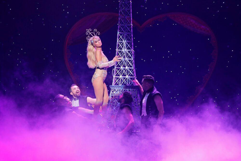 Paris Hilton prezentuje kreację z kolekcji The Blonds Spring 2020 podczas pokazu Moulin Rouge w Nowym Jorku