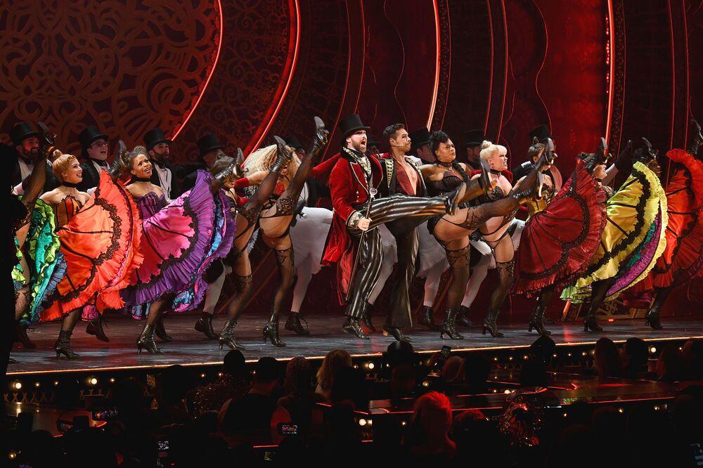 Wystąpienie tancerzy Moulin Rouge w Nowym Jorku
