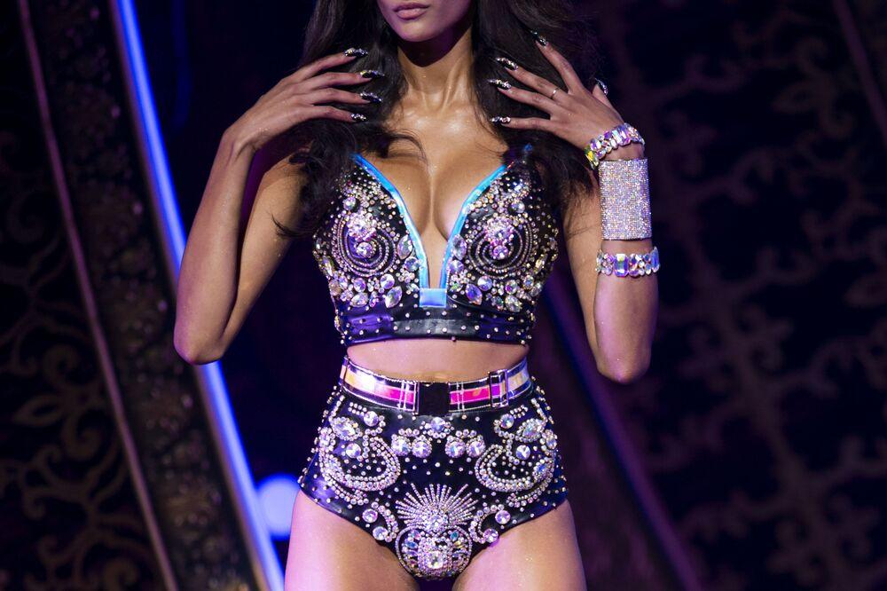 Modelka podczas prezentacji kolekcji The Blonds Spring 2020 na pokazie Moulin Rouge w Nowym Jorku