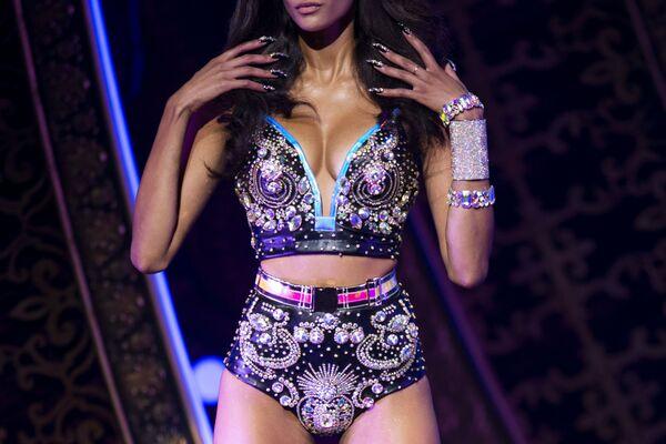 Modelka podczas prezentacji kolekcji The Blonds Spring 2020 na pokazie Moulin Rouge w Nowym Jorku - Sputnik Polska