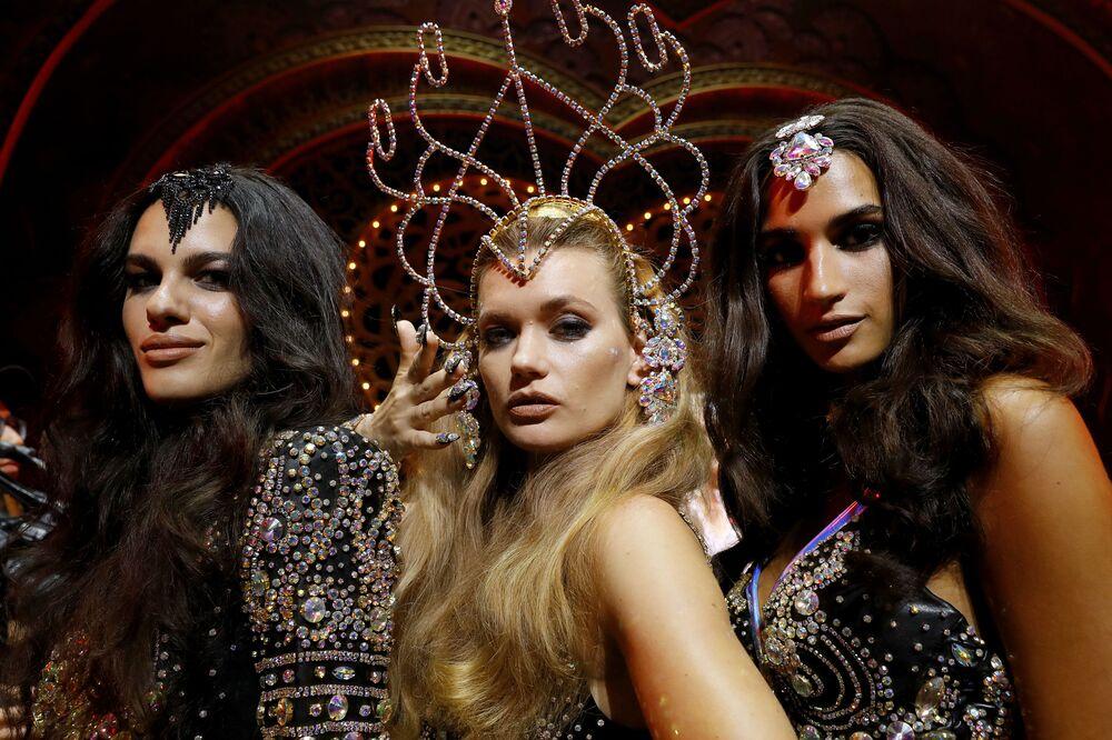Modelki pozują do zdjęć podczas pokazu kolekcji The Blonds Spring 2020 na pokazie Moulin Rouge w Nowym Jorku