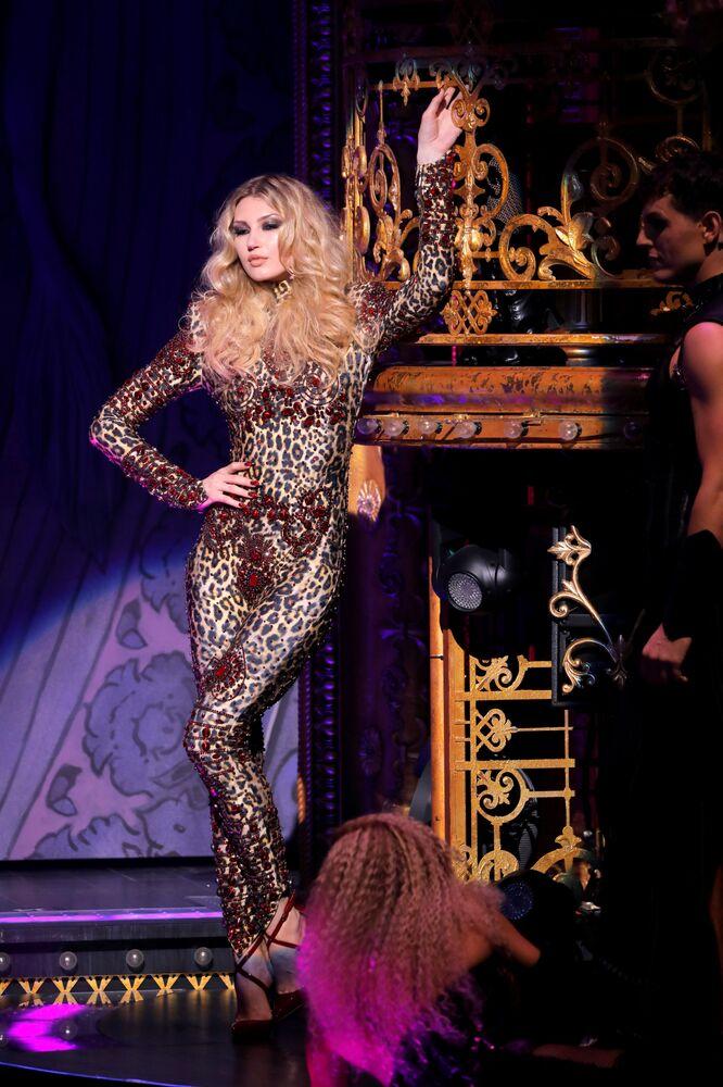 Modelka w kreacji z kolekcji The Blonds Spring 2020 na pokazie Moulin Rouge w Nowym Jorku