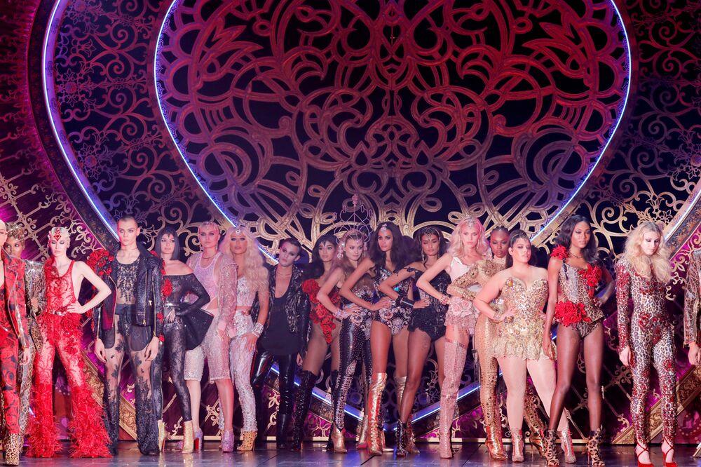 Modelki podczas prezentacji kreacji z kolekcji The Blonds Spring 2020 na pokazie Moulin Rouge w Nowym Jorku