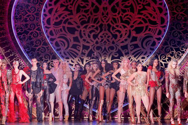 Modelki podczas prezentacji kreacji z kolekcji The Blonds Spring 2020 na pokazie Moulin Rouge w Nowym Jorku  - Sputnik Polska