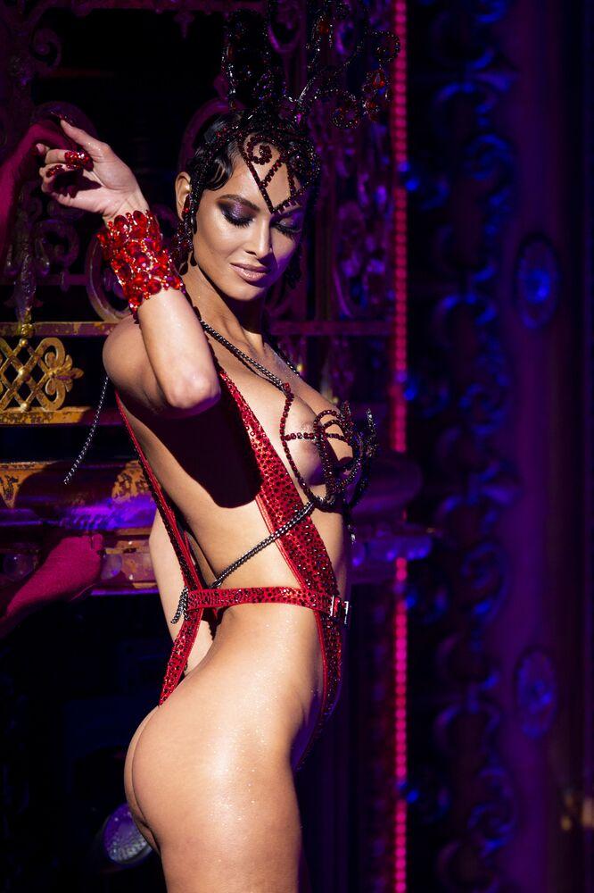 Modelka podczas prezentacji kolekcji The Blonds Spring 2020 podczas pokazu Moulin Rouge w Nowym Jorku
