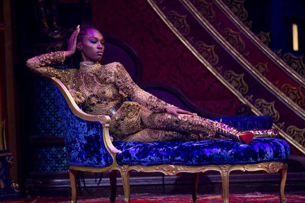 Modelka w kreacji z kolekcji The Blonds Spring 2020 na pokazie Moulin Rouge w Nowym Jorku - Sputnik Polska