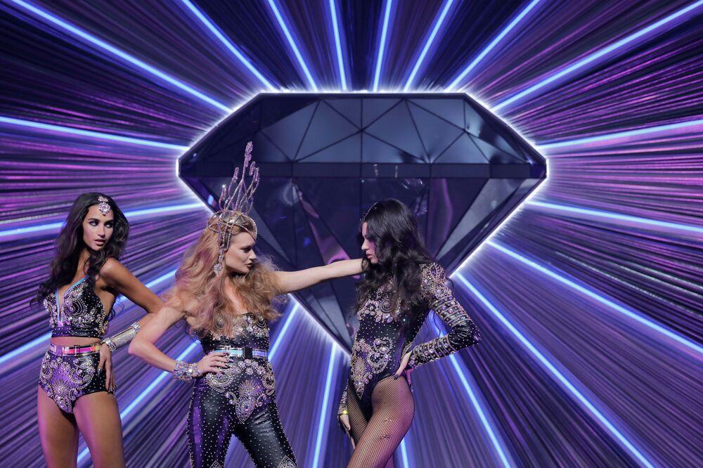 Modelki prezentują kreacje z kolekcji The Blonds Spring 2020 na pokazie Moulin Rouge w Nowym Jorku