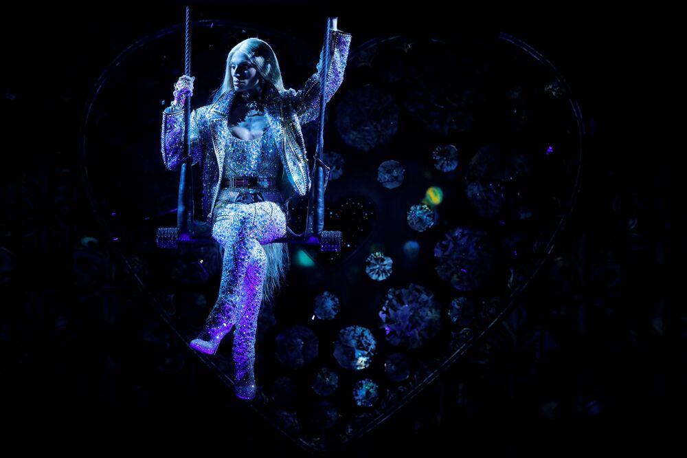 Projektant Phillipe Blond podczas pokazu Moulin Rouge w Nowym Jorku