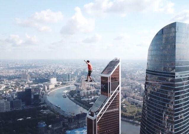 Spacer po linie na wysokości 350 metrów