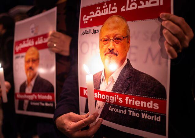Ludzie z wizerunkiem saudyjskiego dziennikarza Dżamala Chaszodżdżi pod konsulatem Arabii Saudyjskiej w Stambule