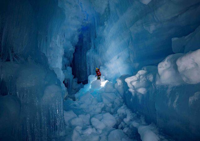 """Odkryta """"zagubiona"""" jaskinia lodowcowa z jeziorami i rzeką na Antarktydzie"""