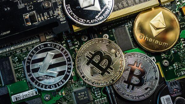 Monety pamiątkowe z logo kryptowalut Bitcoin, Litecoin i Ethereum - Sputnik Polska