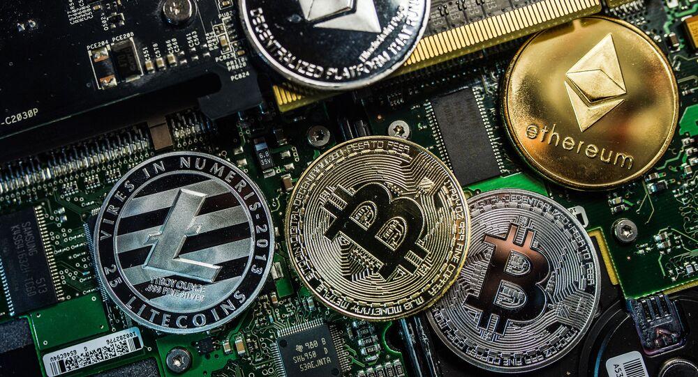 Monety pamiątkowe z logo kryptowalut Bitcoin, Litecoin i Ethereum