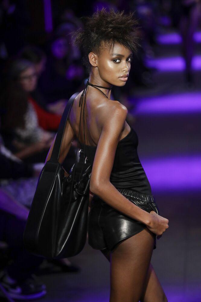 Modelka prezentuje kolekcję Tom Ford podczas Tygodnia Mody w Nowym Jorku