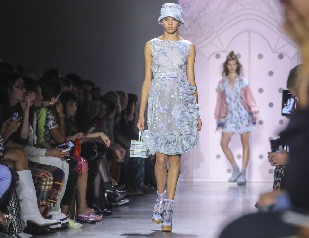 Modelki prezentują kolekcję Anna Sui podczas Tygodnia Mody w Nowym Jorku