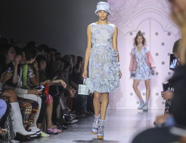 Modelki prezentują kolekcję Anna Sui podczas Tygodnia Mody w Nowym Jorku - Sputnik Polska