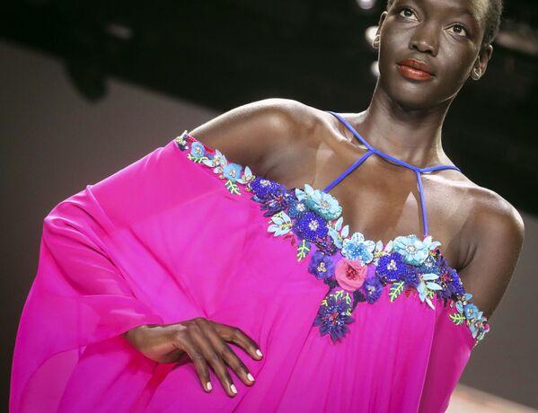 Modelka prezentuje kolekcję  Badgley Mischka podczas Tygodnia Mody w Nowym Jorku - Sputnik Polska