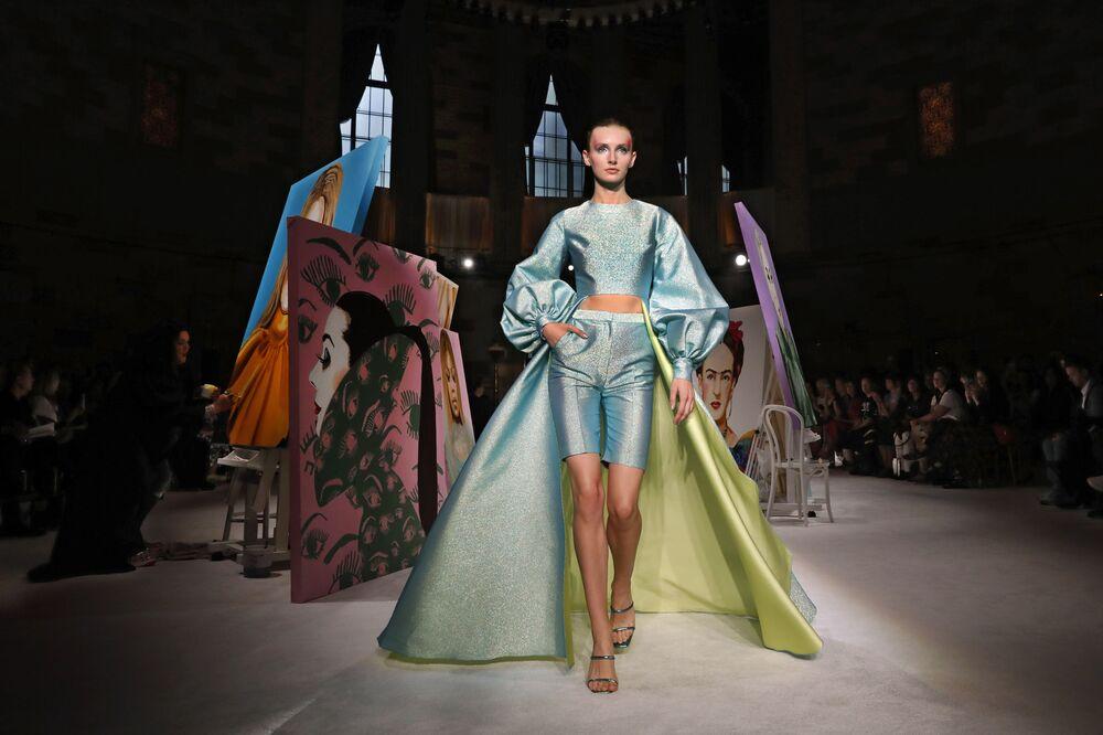 Modelka prezentuje kolekcję Christian Siriano podczas Tygodnia Mody w Nowym Jorku