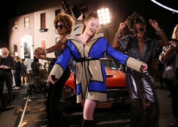 Modelki przed pokazem kolekcji Tommy Hilfiger podczas Tygodnia Mody w Nowym Jorku  - Sputnik Polska