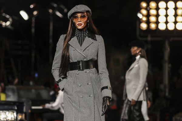 Modelka prezentuje kolekcję Tommy Hilfiger podczas Tygodnia Mody w Nowym Jorku - Sputnik Polska