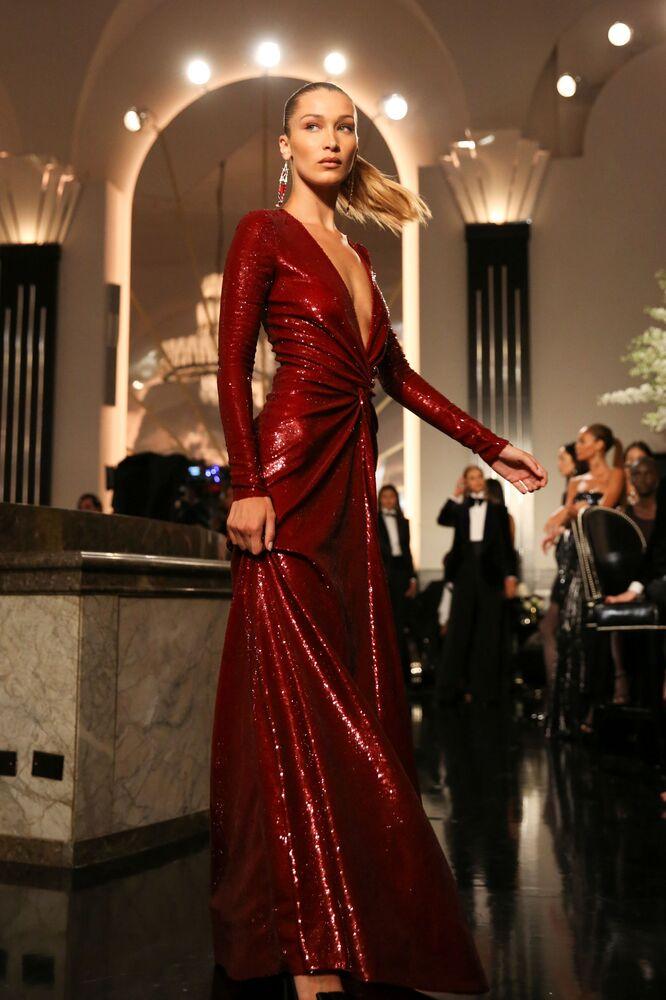 Modelka prezentuje kolekcję Ralph Lauren podczas Tygodnia Mody w Nowym Jorku