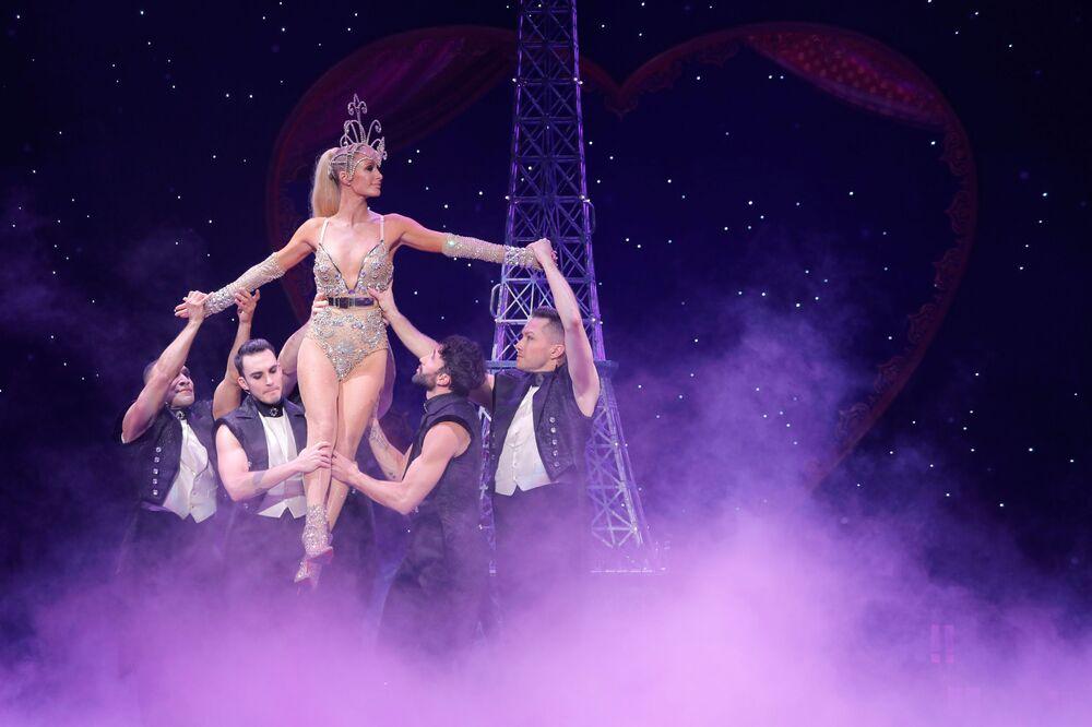 Występ Paris Hilton podczas Tygodnia Mody w Nowym Jorku