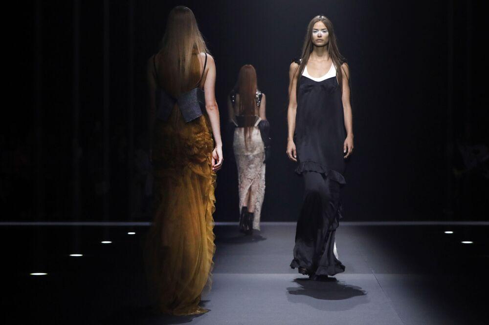 Modelki prezentują kolekcję The Vera Wang podczas Tygodnia Mody w Nowym Jorku