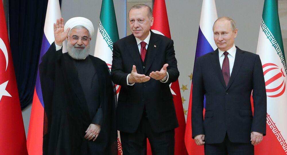Władimir Putin, Recep Tayyip Erdogan i Hasan Rouhani pozują do wspólnego zdjęcia przed rozpoczęciem rozmów w Ankarze