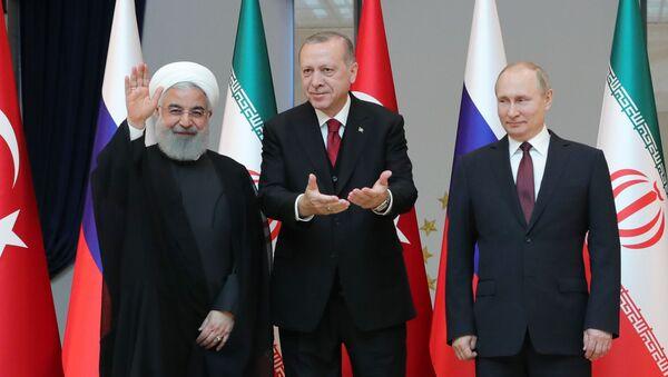 Władimir Putin, Recep Tayyip Erdogan i Hasan Rouhani pozują do wspólnego zdjęcia przed rozpoczęciem rozmów w Ankarze - Sputnik Polska
