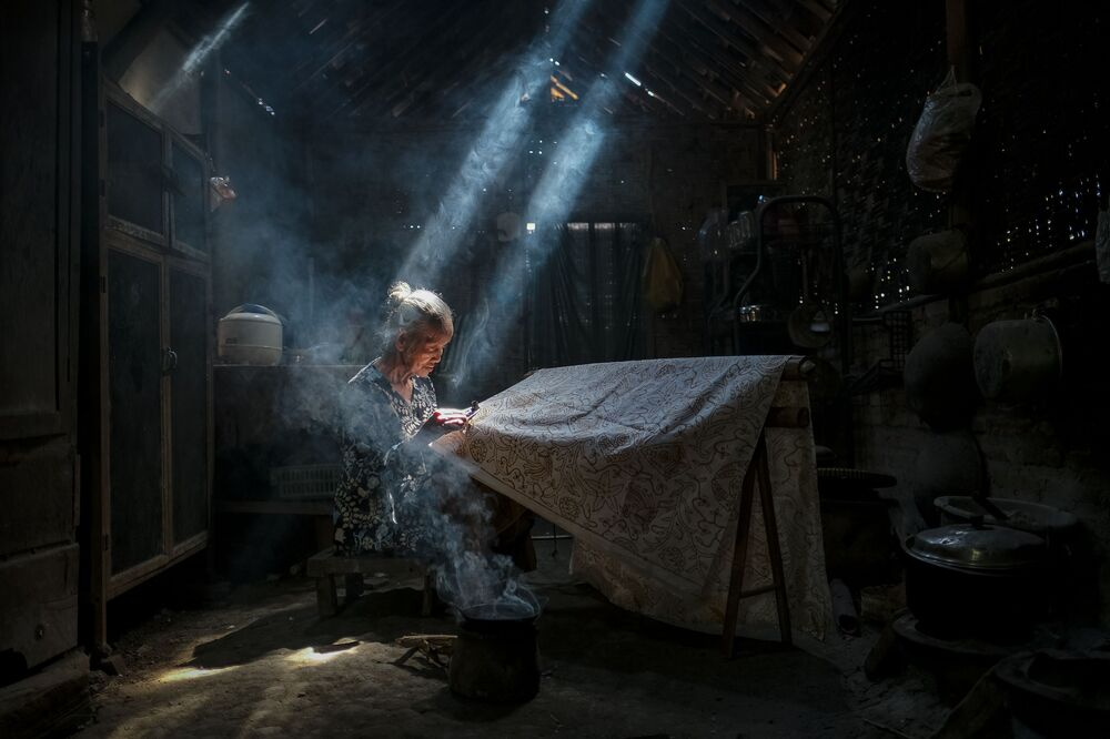 """Zdjęcie """"Under the light making batik crafts"""" indonezyjskiego fotografa Bimo Pradityo na konkursie fotograficznym AGORA Awards 2019."""