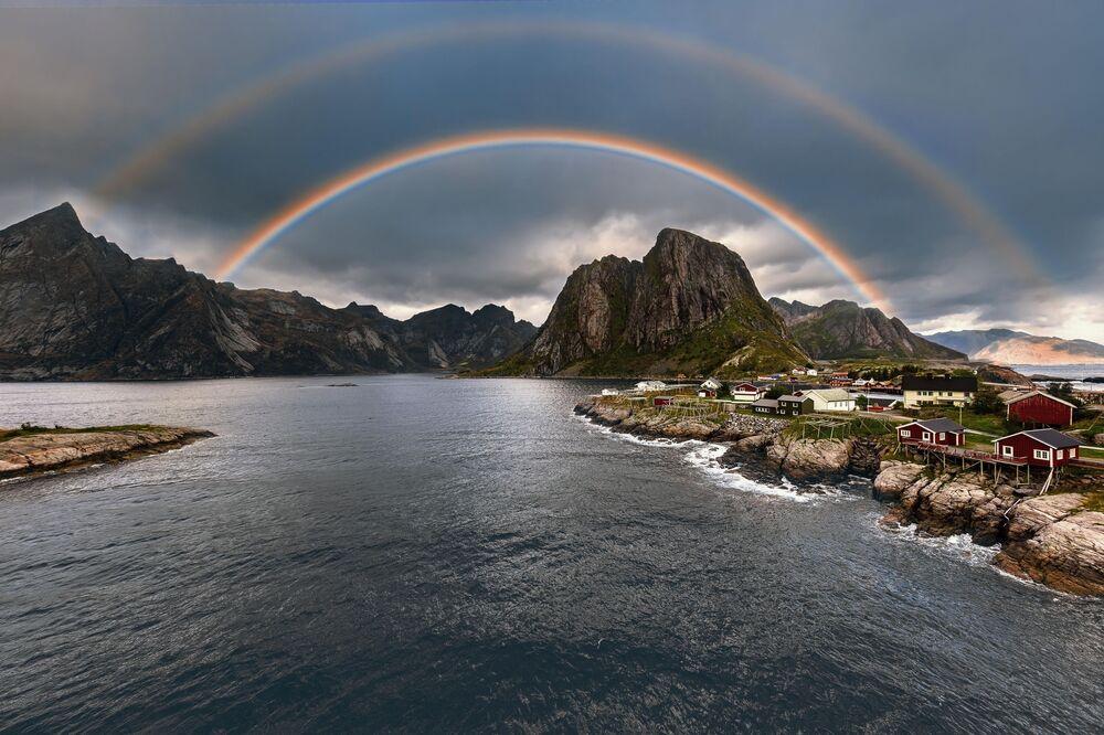 """Zdjęcie """"Rainbow Reine"""" norweskiego fotografa Paala Lunda na konkursie fotograficznym AGORA Awards 2019."""