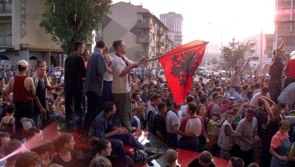 Kosowscy Albańczycy świętują zwycięstwo Armii Wyzwolenia Kosowa w Prisztinie, 1999 rok - Sputnik Polska