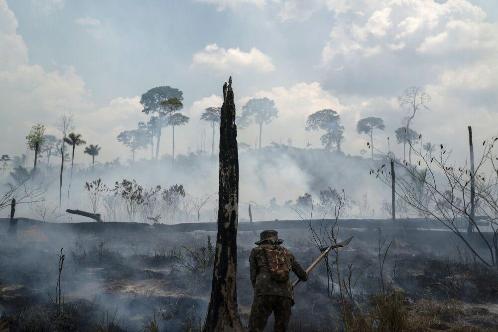 Gaszenie pożarów lasów w Brazylii.