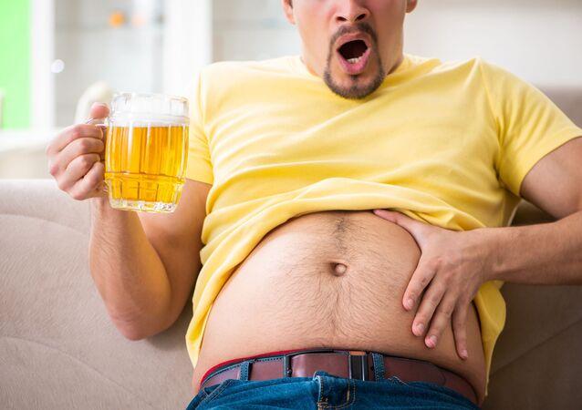 Mężczyzna z piwnym brzuchem