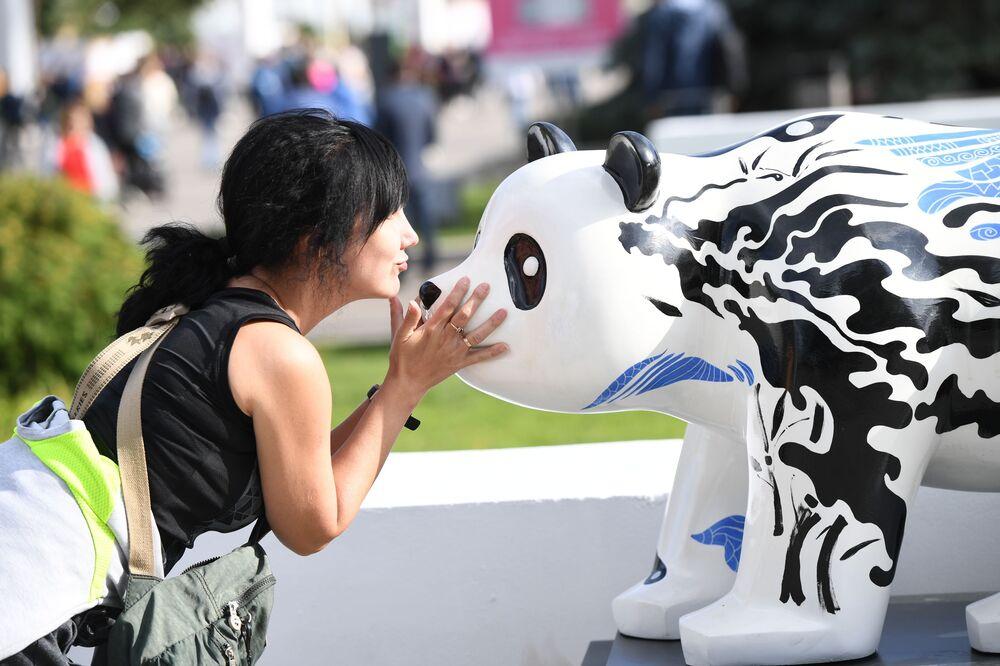 """Wystawa rzeźby chińskiej na festiwalu chińskiej kultury """"Chiny: wielkie dziedzictwo i nowa era"""" w moskiewskim kompleksie wystawowym WDNCh"""