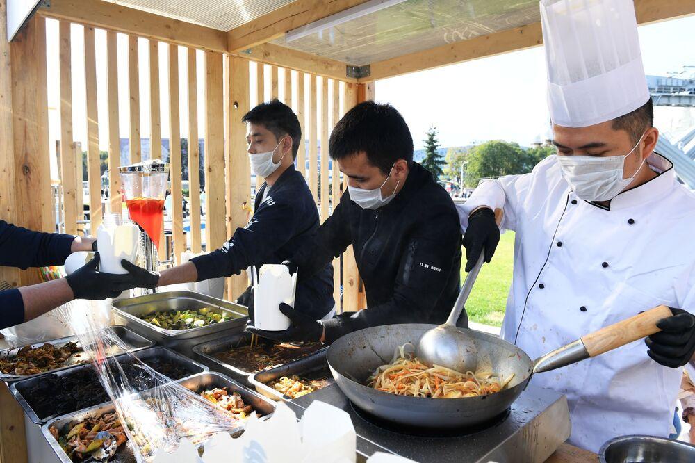 """Kucharze gotują tradycyjne potrawy na festiwalu chińskiej kultury """"Chiny: wielkie dziedzictwo i nowa era"""" w moskiewskim kompleksie wystawowym WDNCh"""