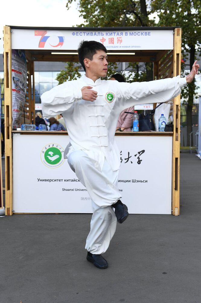 """Uczestnik festiwalu chińskiej kultury """"Chiny: wielkie dziedzictwo i nowa era"""" w moskiewskim kompleksie wystawowym WDNCh"""