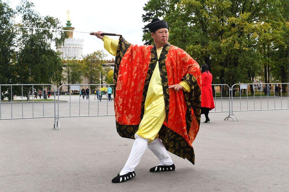 Uczestnik festiwalu chińskiej kultury w moskiewskim kompleksie wystawowym WDNCh